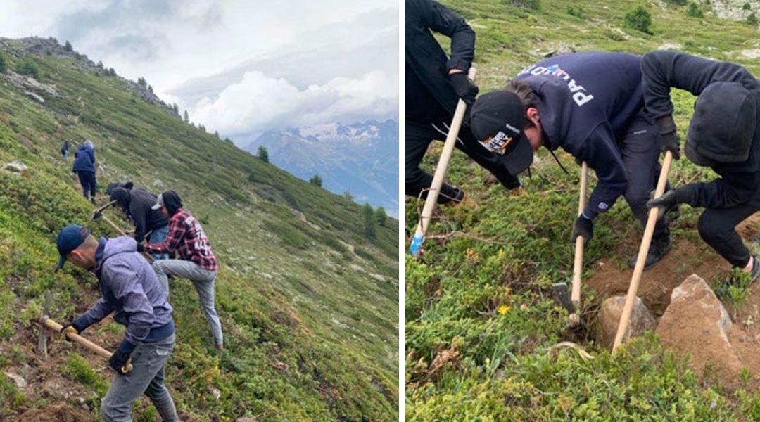 Avec la pioche et la pelle : nos personnes en formation aménagent de nouveaux chemins de randonnée au Valais